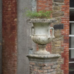 An urn on top of a plinth.