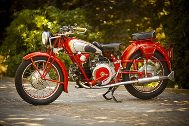 This vintage Italian motorcycle is a retrospective look at the way they were designed in the early 20th century.