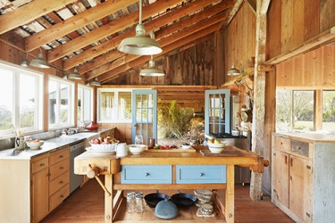 The rustic decor of the farmhouse kitchen suited its rural surroundings.