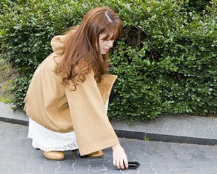 Because Kaori is a scrupulous person, she took the wallet that she found on the ground in front of the store to customer service.