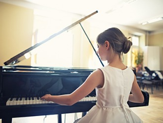 Chelsea has remarkable self-confidence as a pianist and performs effortlessly on stage in front of large audiences.