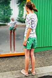 Taylor looked skewed in the funhouse mirror with her legs appearing extra long and her torso super short.