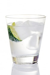 A glass of gin and tonic on ice.